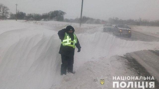 Không thể ra khỏi nhà vì tuyết rơi, người đàn ông nhanh trí tự thú tội sát nhân để cảnh sát đến dọn đường giúp
