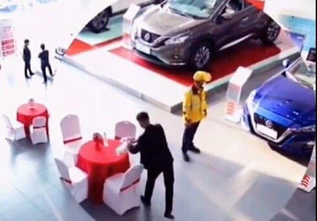 Shipper đi làm vì đam mê: Giao đồ ăn cho khách, thấy ô tô đẹp quá xuống tiền mua luôn dù đã có 2 cái Photo-1-16142500776491785110379