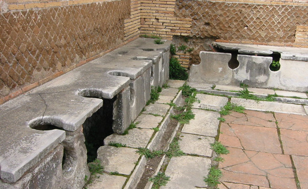 Kinh dị chuyện nhà vệ sinh công cộng thời La Mã, nơi tất cả mọi người chùi chung bằng 1 cái que - Ảnh 1.