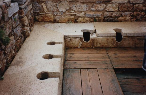 Kinh dị chuyện nhà vệ sinh công cộng thời La Mã, nơi tất cả mọi người chùi chung bằng 1 cái que - Ảnh 2.