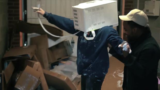 YouTuber suýt chết vì trét xi măng lên đầu rồi thò vào lò vi sóng - Ảnh 1.
