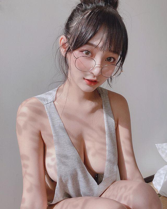 Lên sóng với trang phục tan hoang, lại thả rông không nội y, cô nàng hot girl khiến CĐM phải bỏng mắt - Ảnh 2.