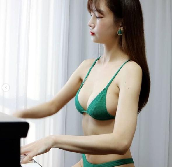 Làm phép biến mất quần áo rồi dạy fan chơi piano, nữ YouTuber khiến khán giả không khỏi bỏng mắt - Ảnh 5.