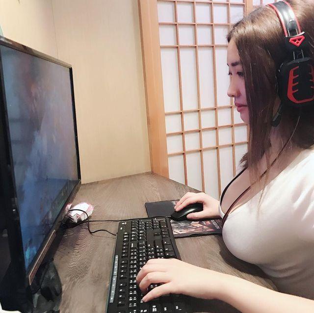 Được lấy làm ví dụ cho luận điểm ngực to khó chơi game, cô nàng hot girl bỗng chốc nổi như cồn sau một đêm - Ảnh 1.