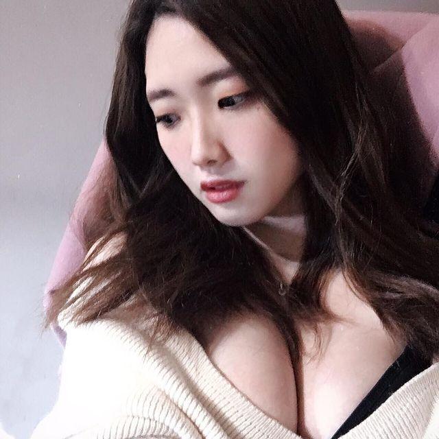 Được lấy làm ví dụ cho luận điểm ngực to khó chơi game, cô nàng hot girl bỗng chốc nổi như cồn sau một đêm - Ảnh 2.