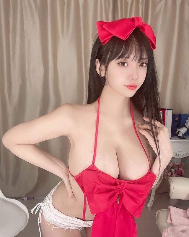 Ngực quá to nên không kéo được khóa áo, nữ streamer thản nhiên khoe thân khiến người xem sững sờ - Ảnh 5.