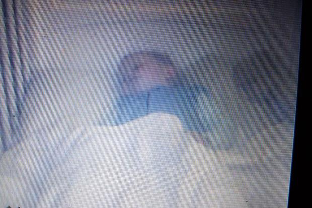 Đặt camera cạnh con lúc ngủ, bố mẹ giật mình khi thấy bóng trắng rợn người kế bên - Ảnh 1.
