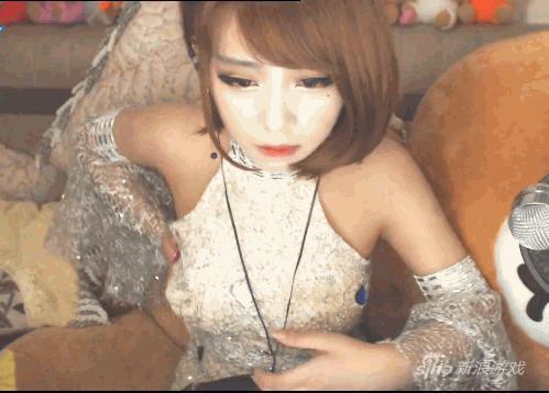 Cứ ngỡ đã tắt camera, nữ streamer xinh đẹp thản nhiên đút giấy vào ngực, tạo hình vòng một lừa người xem - Ảnh 6.