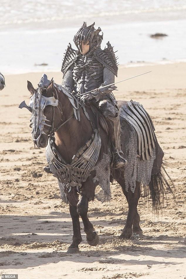Lộ diện hình ảnh đầu tiên về The Witcher season 2, các Wild Hunt xuất hiện - Ảnh 1.