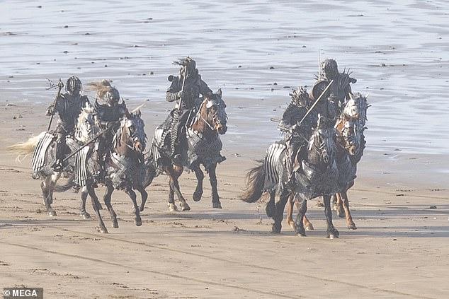 Lộ diện hình ảnh đầu tiên về The Witcher season 2, các Wild Hunt xuất hiện - Ảnh 2.