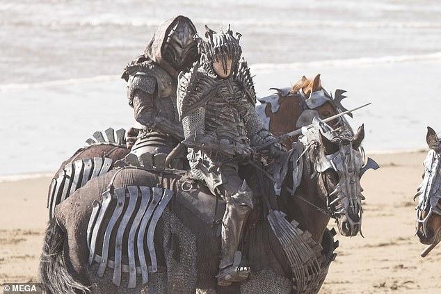 Lộ diện hình ảnh đầu tiên về The Witcher season 2, các Wild Hunt xuất hiện - Ảnh 4.
