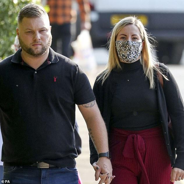 Kết cục đắng ngắt dành cho nữ giáo viên quan hệ với nam sinh 15 tuổi nhiều lần trong xe hơi, người chồng cúi gằm mặt xấu hổ rời khỏi tòa án - Ảnh 2.