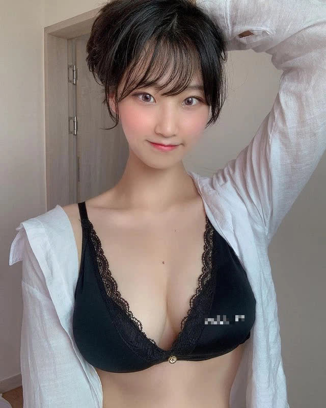 Lén lút mặc bikini nhảy sexy phục vụ người xem ở bể bơi, nữ YouTuber bất ngờ bị phát hiện, hoảng hồn bỏ của chạy lấy người - Ảnh 1.
