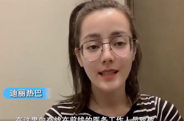 Lộ mặt đơ cứng, già nua trên sóng livestream, Địch Lệ Nhiệt Ba tiếp tục bị fan đặt nghi vấn về nhan sắc thật - Ảnh 9.
