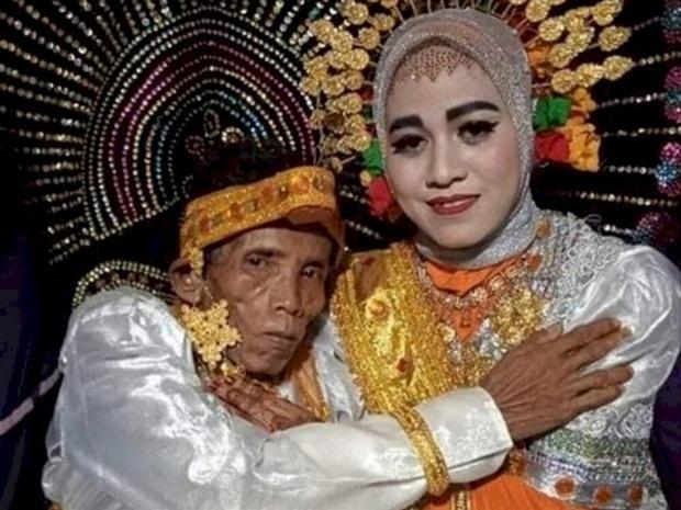 Cầu hôn người mẹ nhưng bị từ chối vì già và xấu, ông lão cưới luôn con gái 19 tuổi của crush - Ảnh 2.