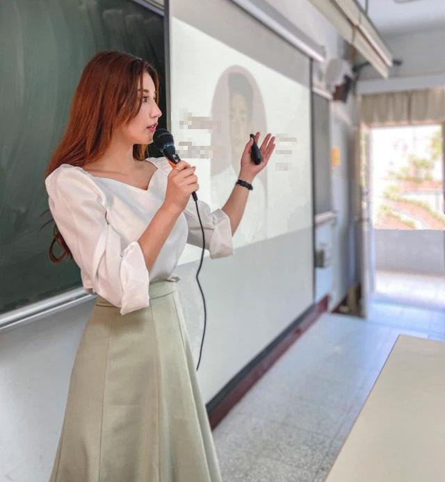 Bị học trò chụp lén rồi tung ảnh lên mạng, nữ giảng viên bỗng chốc nổi như cồn vì thần thái quá đỉnh - Ảnh 3.