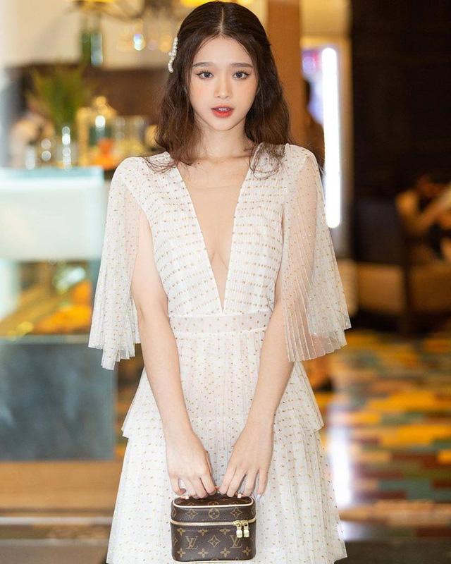 Khoe nhan sắc gợi cảm ở tuổi 19, Linh Ka vẫn nhận phải không ít ý kiến trái chiều, bị đặt nghi vấn về vòng một - Ảnh 1.