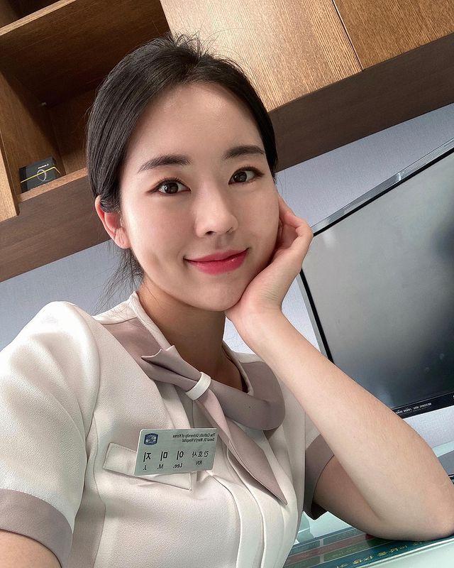 Sáng làm y tá, tối lên sóng lột xác khoe thân hình sexy, cô gái xinh đẹp được mệnh danh là YouTuber độc nhất vô nhị - Ảnh 1.