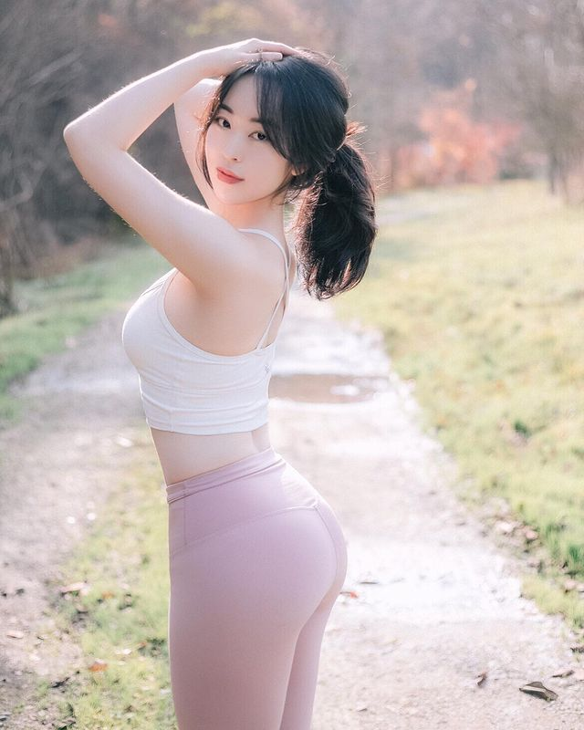 Sáng làm y tá, tối lên sóng lột xác khoe thân hình sexy, cô gái xinh đẹp được mệnh danh là YouTuber độc nhất vô nhị - Ảnh 5.