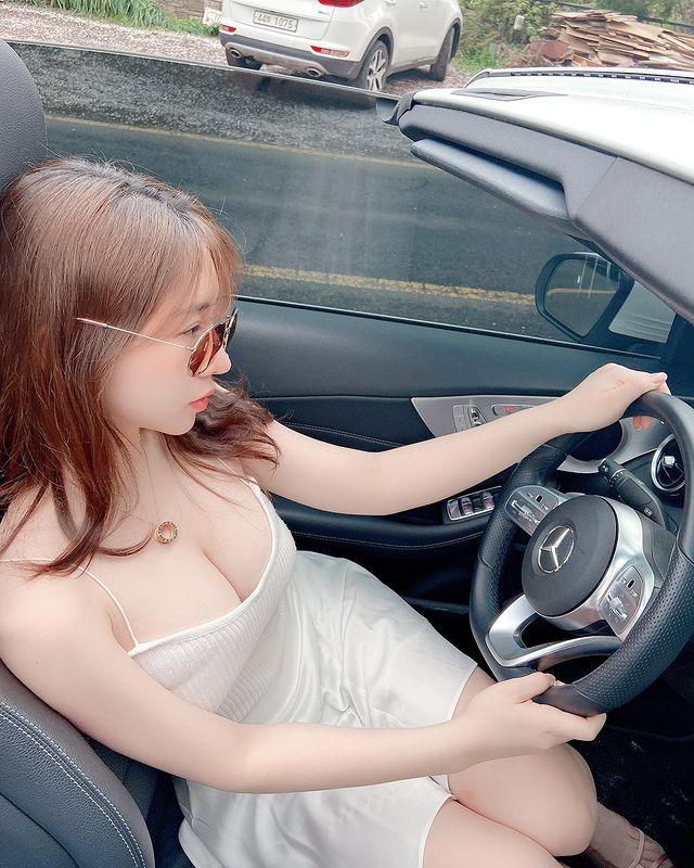 Chỉ làm clip Lookbook thay đồ, nữ YouTuber xinh đẹp khoe thu nhập khủng, đăng ảnh tạo dáng bên siêu xe mới tậu - Ảnh 2.