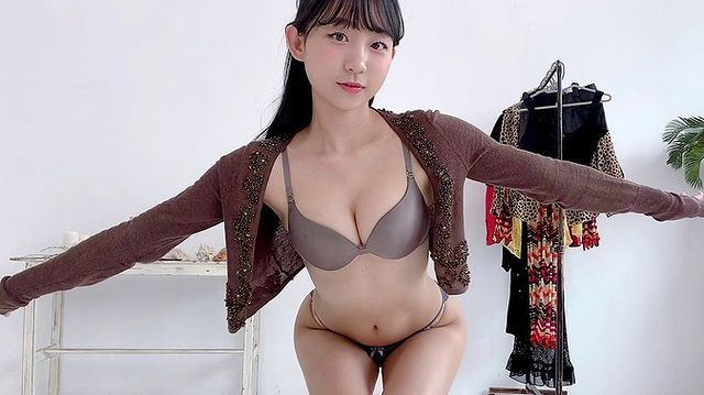 Cho cún cưng lên sóng để rồi bị kéo tới mức tụt áo, nữ streamer xinh đẹp suýt thì phải trả giá vì hớ hênh - Ảnh 4.