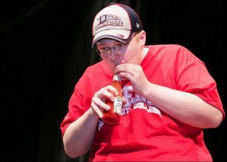 Những kỷ lục ăn uống kì quặc nhất thế giới: Uống hết 2 cốc sữa trong 3 nốt nhạc! - Ảnh 6.