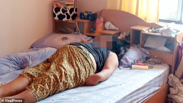 Người phụ nữ xấu số gặp nạn ngay trên giường ngủ ngay sau sinh nhật vì sở thích dùng điện thoại cực nguy hiểm này - Ảnh 1.