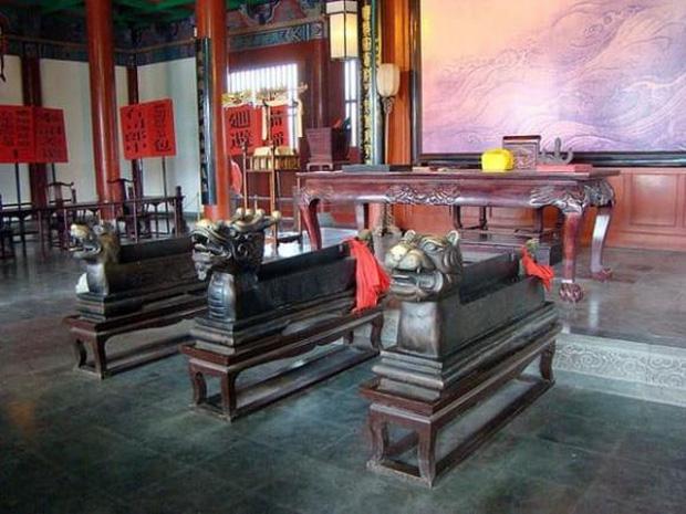 Đến phủ Khai Phong tham quan, du khách bất ngờ bị quân lính gông cổ đem đi xử tội vì lý do không ngờ - Ảnh 7.