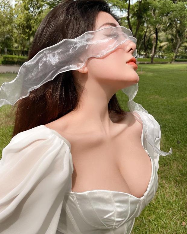 Võ Ngọc Trân lại diện váy áo trễ nải, khoe vòng 1 như muốn trào ra - Ảnh 1.