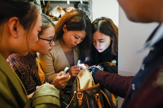 Giới nhà giàu Trung Quốc chi 55 triệu tham gia khóa học phân biệt hàng hiệu xịn và fake - Ảnh 1.