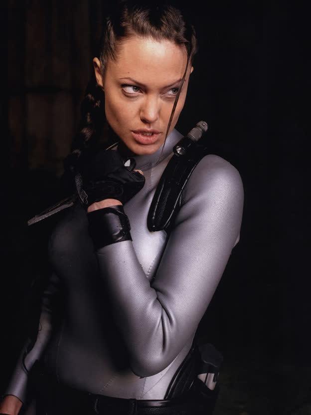 """Top 5 vai diễn vất vả của """"chị đẹp"""" Angelina Jolie, từ cứu hộ dù đến trộm mộ - Ảnh 1."""