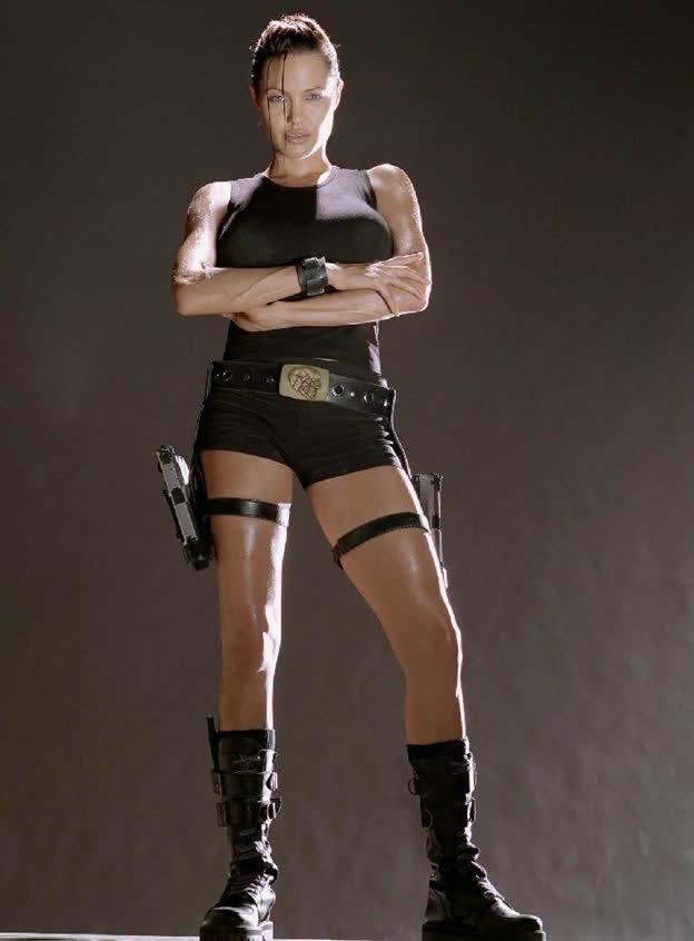 """Top 5 vai diễn vất vả của """"chị đẹp"""" Angelina Jolie, từ cứu hộ dù đến trộm mộ - Ảnh 2."""