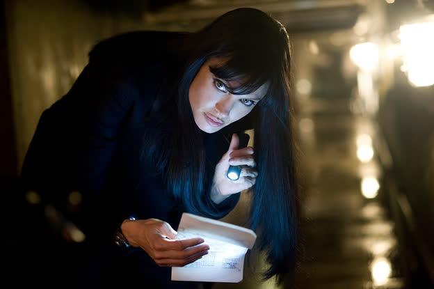 """Top 5 vai diễn vất vả của """"chị đẹp"""" Angelina Jolie, từ cứu hộ dù đến trộm mộ - Ảnh 4."""