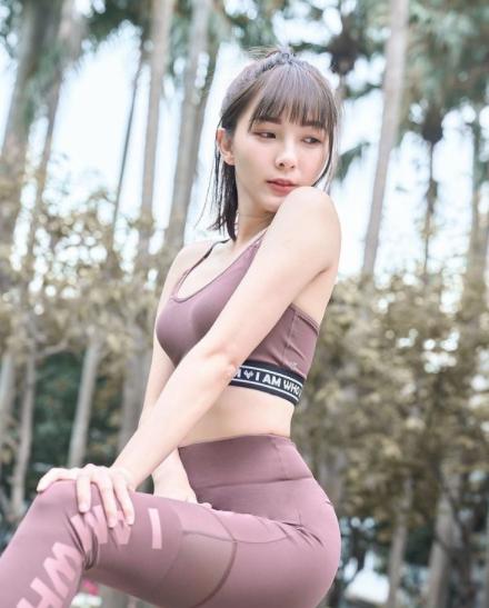 Nữ streamer xinh đẹp bị fan quấy rối trực tiếp nơi công cộng vì thay quần áo trên sóng quá nhiều lần - Ảnh 2.