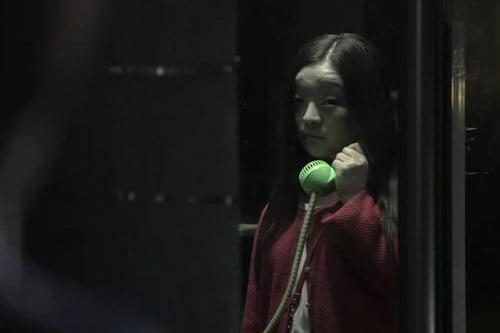 CĐM phát hãi với nhân vật cô gái váy đỏ đứng bốt điện thoại trong phim Nhật Bản, nhìn cái mặt đã muốn ói - Ảnh 7.