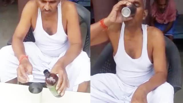 Số ca nhiễm và tử vong tăng kỷ lục, nghị sĩ Ấn Độ vẫn vô tư thị phạm uống nước tiểu bò để chống Covid-19 - Ảnh 3.