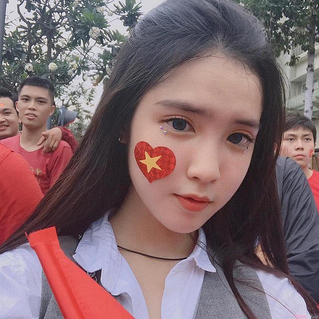 Nóng bức, hot girl con lai Việt - Trung mặc áo dây trễ nải, thu hút sự chú ý của cộng đồng - Ảnh 1.