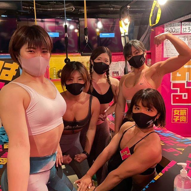 Quán bar độc đáo dành cho các fan thể hình tại Nhật Bản với dàn nữ phục vụ cơ bắp - Ảnh 2.