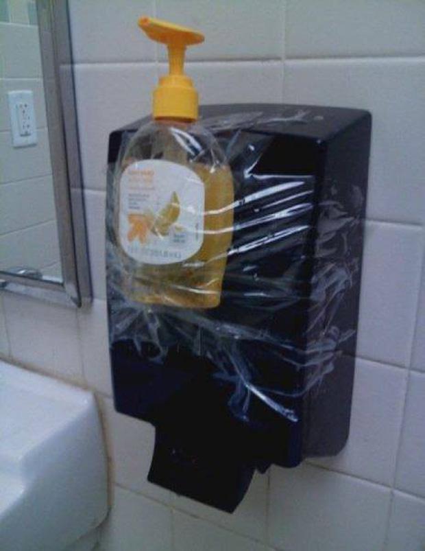 Những ý tưởng biển báo nhà vệ sinh công cộng não to của nhà thiết kế - Ảnh 2.