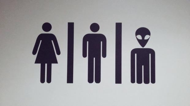 Những ý tưởng biển báo nhà vệ sinh công cộng não to của nhà thiết kế - Ảnh 11.