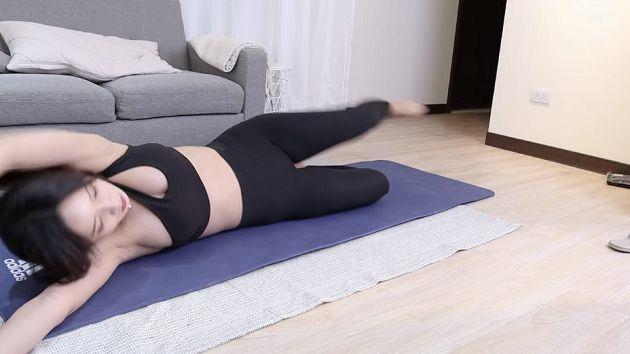 Ăn mặc trễ nải lên sóng dạy yoga, nữ streamer xinh đẹp ẵm luôn nút vàng YouTube, tự tin hở chứ không hớ hênh - Ảnh 1.