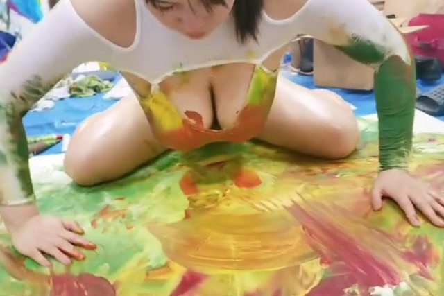 Dùng bộ ngực cup F để vẽ tranh, nàng hot girl bán một bức cả trăm triệu, soi cận cảnh mới thấy hết vẻ đẹp - Ảnh 5.