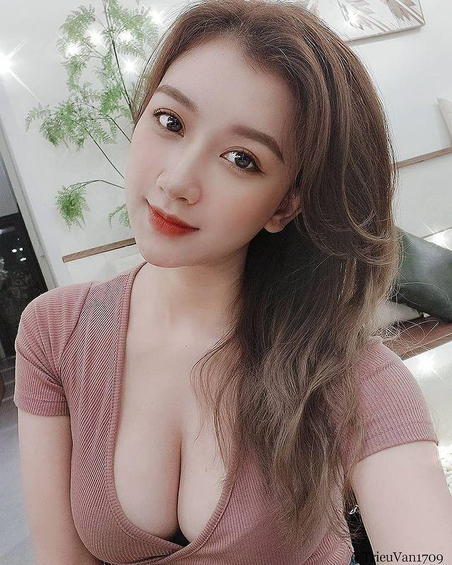 Thả rông vòng một đi thưởng hoa, nàng hot girl Việt bất ngờ được lên báo nước ngoài, dân mạng đổ xô tìm info - Ảnh 10.