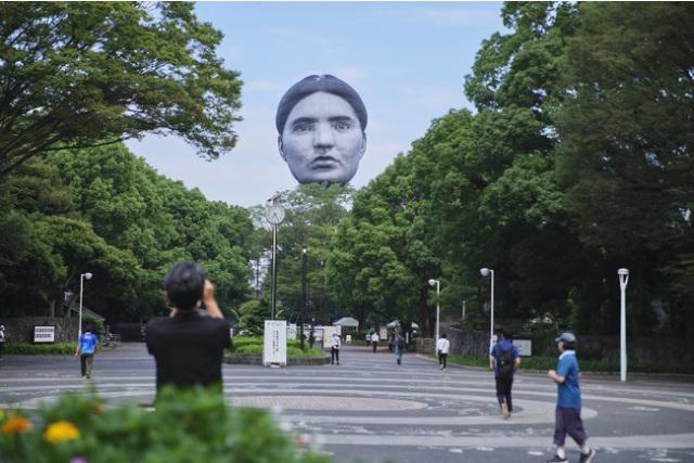 Khinh khí cầu đầu người lơ lửng trên bầu trời Tokyo - Nhật Bản khiến dân tình xôn xao - Ảnh 3.