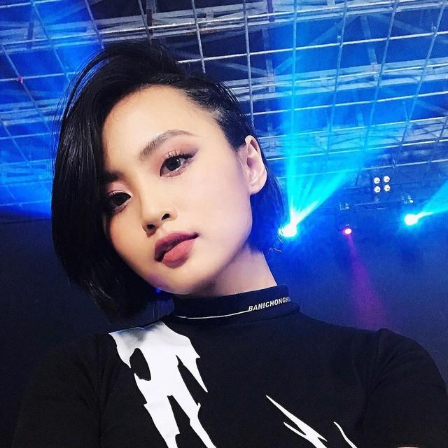 """""""Soi"""" trang phục livestream của MC Minh Nghi: """"Biến hoá liên tục từ tổng tài đến công chúa Disney - Ảnh 1."""