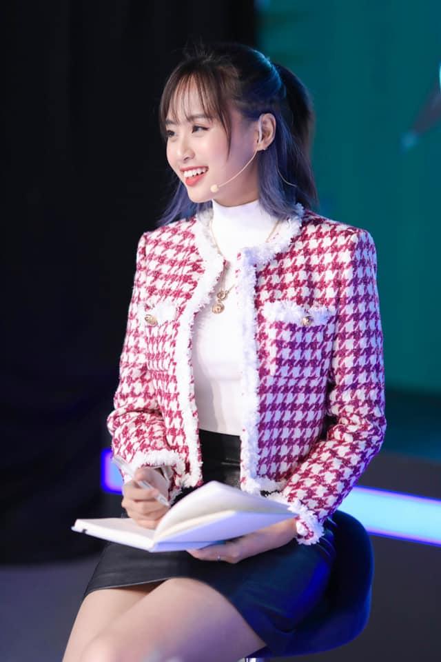 """""""Soi"""" trang phục livestream của MC Minh Nghi: """"Biến hoá liên tục từ tổng tài đến công chúa Disney - Ảnh 8."""