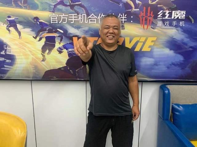 Hóa thân thành Yasuo phiên bản lowcost, nam streamer 60 tuổi bất ngờ nổi như cồn, được các hot-girl tới tấp làm quen - Ảnh 1.