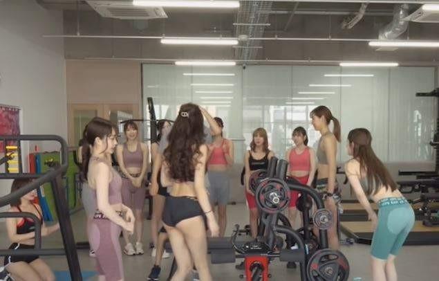 Chung phòng gym toàn mỹ nhân sexy, YouTuber phát hiện sức mạnh tiềm ẩn của đàn ông khi có gái xinh là sự thật - Ảnh 3.