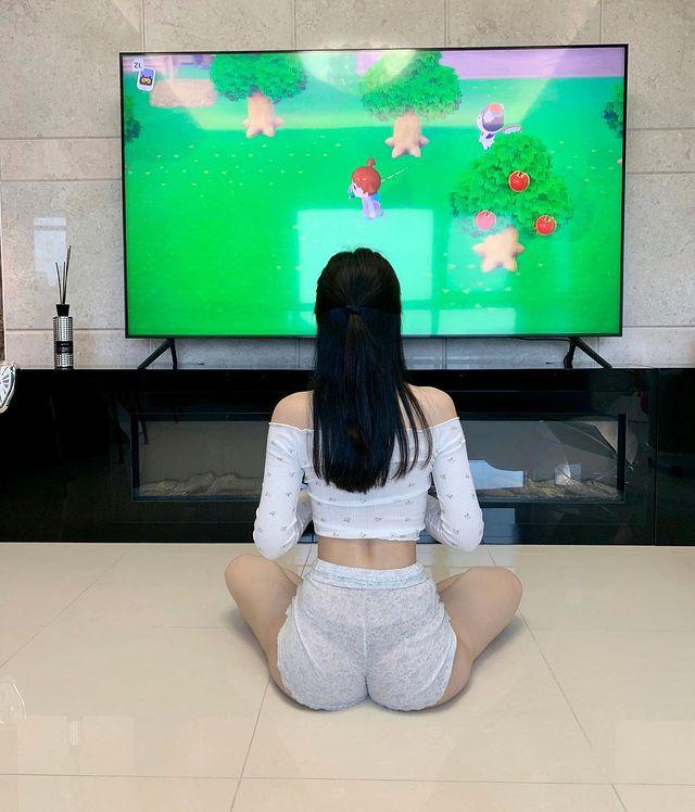 Mặc bikini xuống phố chơi điện tử xèng, nữ streamer từng bị fan boy lớp 6 quấy rối nhận vô số chỉ trích - Ảnh 3.