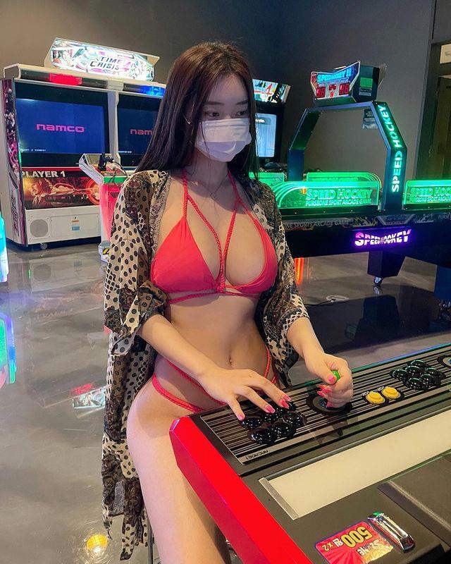 Mặc bikini xuống phố chơi điện tử xèng, nữ streamer từng bị fan boy lớp 6 quấy rối nhận vô số chỉ trích - Ảnh 5.